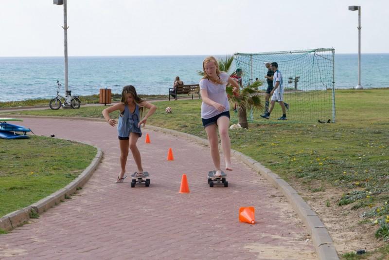 שתי בבנות קייטנת הגלישה מתאמנות באמעוכת סקטבורד